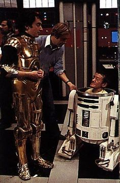 "Behind the scenes/""Star Wars"" - Anthony Daniels & Kenny Baker in costume as… Star Wars Film, Star Wars Droiden, Hee Man, Photos Rares, Karate Kid, Episode Iv, Love Stars, Film Serie, Star Wars Episodes"