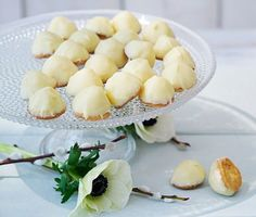 Biskvier, biskvier, biskvier. Det finns många olika versioner av denna älskade bakelse men den godaste är nog den här påskvarianten. Vanilj, citron, mandelmassa och vit choklad. Behöver vi säga mer?