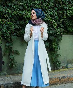Hayırlı iftarlarınız olmuş olsun ☺ bu akşam bende ki parçalar @kevsersarioglu ndan. Trencin rengi, şıklığı ,  eteğin renginin tatlılığı , rahatlığı bunların hepsini bir araya getirmiş bir isim ☺ Kap ve etek : @kevsersarioglu  Fotograf : @canasici Hijab Abaya, Hijab Dress, Hijab Outfit, Islamic Fashion, Muslim Fashion, Modest Fashion, Street Hijab Fashion, Abaya Fashion, Mode Hijab