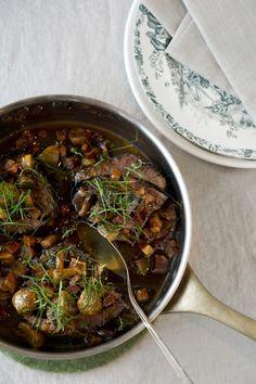 Laga denna härliga rödvinsbräserade högrev och bjud in dina vänner på en trevlig middag!