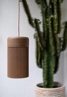 COCO ist eine digital konzipierte und im 3D Druck gefertigte, nachhaltige Leuchte basierend auf Kokosnussfilament. Die ressourcenschonende Konstruktion bietet eine Befestigung ohne Werkzeug und kann über bestehende Lampenfassungen geschraubt werden. Led, Incense, Design, Coconut, Printing