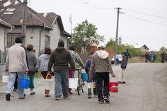 Roma holen Wasser in einem Dorf bei Kosice, Slowakei