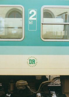Hagenow Land, 28. Januar 1994 – Nahverkehrswagen in der grün/weißen Lackierung der 1990er Jahre mit Deutsche Reichsbahn-Zeichen – Regional train car in the green/white livery of the 1990s with Deutsche Reichsbahn sign #HagenowLand #DeutscheReichsbahn S Bahn, Public Transport, Regional, Trains, Transportation, Vehicles, Paint Line, January, German