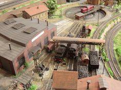 Bild Escala Ho, Train Miniature, Garden Railroad, Train Posters, Lego Trains, Hobby Trains, Model Train Layouts, Round House, Model Trains