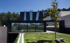 Maison atypique aux grands vitrages dans un quartier résidentiel du Portugal, , #António Fernandez Architects #modern #Portugal