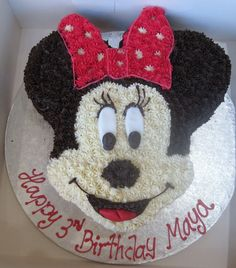 Minnie Mouse cake with buttercream frosting, using star-shaped tip. #minniemouse #baking #cake