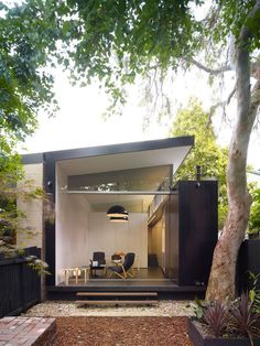 The Indoor/Outdoor Life in Sydney : Remodelista. Semi-detached 1890 house reworked by architect Christopher Polly. Sliding pocket doors create a seamless indoor-outdoor flow. Architecture Résidentielle, Contemporary Architecture, Installation Architecture, Contemporary Homes, Design Exterior, Interior And Exterior, Black Exterior, Interior Garden, Garden Office