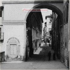 Le Logge sostengono il Corridoio Vasariano con ancora i negozi artigianali costruiti nei secoli.#Firenze