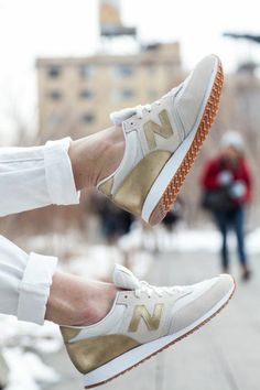 comment porter les sneakers femme nike, modèle doré - beige clair