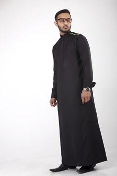 Muslim Fashion, Mens Fashion, Fashion Outfits, Thobes Men, Chinese Shirt, Moslem, Sewing Men, Mens Tailor, Muslim Men