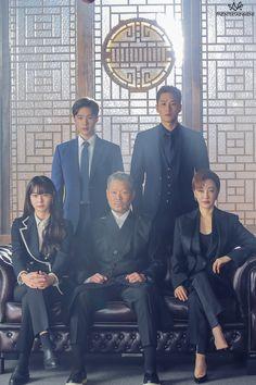 Actor Ahn Bo Hyun is a cold man in behind-the-scene photos of drama 'Itaewon Class'. J Pop, Drama Korea, Asian Actors, Korean Actors, Studio Family Portraits, Netflix Dramas, Park Seo Joon, Korean Drama Movies, Korean Dramas