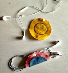 15 DIY Earbud Holder Ideas to Easily Hold Your Earphones Earbud Holder Diy, Headphone Holder, Felt Crafts, Diy Crafts, Mickey Mouse, Cute Headphones, Diy Keychain, Gold Diy, Diy Blog