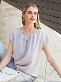 burda style, Schnittmuster - Shirt aus reinseidenem Crêpe mit angeschnittenen Miniärmel und Fältchen am Halsausschnitt.