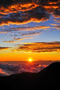 Would you mind waking up to this sunrise on the summit of Haleakala, Maui? #hawaii #paradise