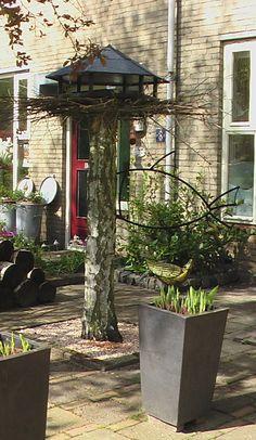 Vogelvoederhuisje op boomstam i.p.v. de gehele boom te verwijderen.