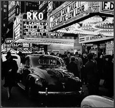 The art of war: reportage war photos, photojournalism. New York, Times Square - Street. 1940 by Andreas Feininger Robert Doisneau, Artistic Photography, Street Photography, Travel Photography, New York City, Arcade, Las Vegas, Berenice Abbott, 42nd Street