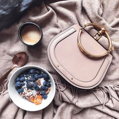 Morning routine: after a small morning run this sunday starts with fresh fruits & coffee ☕️ #hallelujah #bealapanthere #coffeelover @chloe #chloenile #chloenilebag