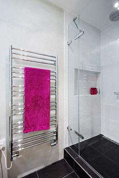 V koupelně je velkoformátová dlažba 60 x 60 cm, stěny jsou ošetřeny benátským štukem a sprchový kout obložen mozaikou. Nechybí mu ani praktická nika k odkládání nezbytných drobností.