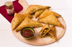 Surinamese pasties - The World on your Plate - These Surinamese pasties are a delicious snack! Soft chicken and vegetables with Surinamese masala - Dutch Recipes, Asian Recipes, Yummy Snacks, Yummy Food, All U Can Eat, Party Sandwiches, Exotic Food, Le Far West, Indonesian Food