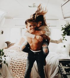young couple travelling in a van Love Couple, Couples In Love, Couple Goals, Intimate Couples, Couple Posing, Couple Shoot, Divorce, Young Love, How To Pose