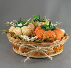 Cestinha com abóboras e flores de tecido