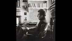 IMAGEN DEL MUDO. Julio Ramón Ribeyro sorprendido en su atelier de París, junto a su máquina de escribir.  Fotografía por Baldomero Pestana.