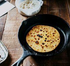 Easy Garlic Naan Bread Healthy Breakfast Menu, Low Calorie Breakfast, Breakfast Options, Indian Food Recipes, Whole Food Recipes, Recettes Anti-candida, Veg Sandwich, Coconut Chutney, Indian Breakfast