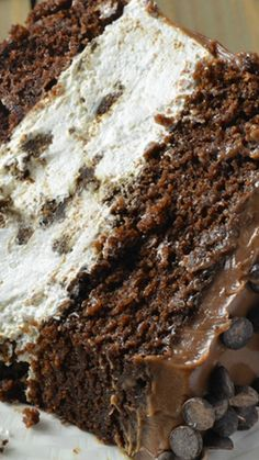 Oreo Cheesecake Chocolate Cake, so decadent chocolate cake recipe. Oreo cheesecake sandwiched between two layers of soft, rich and fudgy chocolate cake. Oreo Cheesecake, Chocolate Cheesecake, Cheesecake Recipes, Cheesecake Calories, Cupcakes, Cupcake Cakes, Köstliche Desserts, Dessert Recipes, Plated Desserts