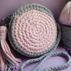 """◇Аксессуары и домашний декор◇ on Instagram  """"Эта чудесная сумочка уже  радует свою хозяйку. Выполнена из трикотажной пряжи от  trapillo yarn она  отлично ... c2d53c9975d"""