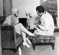 Joan Crawford with Salvatore Ferragamo 1923  (via http://espresso.repubblica.it/visioni/lifestyle/2012/05/08/galleria/l-alta-moda-e-le-sue-icone-1.92906#1)