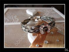 Bracelet en véritables crins de cheval gris, tressé à plat, perle passante fer àcheval à strass : Bracelet par doudoux-crins