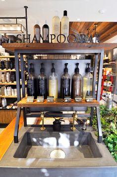 シャンプーバーでは香りやテクスチャーを確認することが可能。