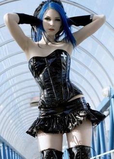 Gothic Girl - Blue Hair and Mini-tutu-style skirt. Punk Girls, Gothic Girls, Goth Beauty, Dark Beauty, Goth Women, Cybergoth, Metal Girl, Punk Goth, Latex Girls