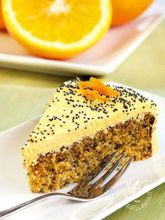 Questa Torta di amaretti e arancia è davvero squisita, morbida ma anche leggermente croccante. E poi come stanno bene gli amaretti con i semi di papavero!