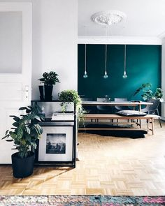 Teal steelt de show in dit appartement in Hamburg Living Room Inspiration, Interior Inspiration, Home Living Room, Living Room Decor, Scandinavian Home, Room Colors, Home Accents, Sweet Home, House Design