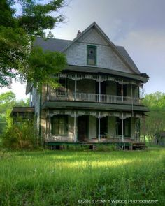 Old and abandoned. Outside of Cooperstown, Crawford County, Pennsylvania Someone really needs to fix it up! Old Abandoned Houses, Abandoned Castles, Abandoned Buildings, Abandoned Places, Old Building, Building A House, This Ole House, Creepy Houses, Haunted Houses