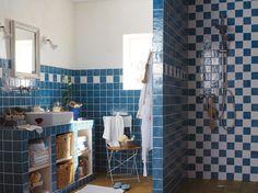un plan de travail entièrement carrelé et plein de rangements dessous {Des salles de bains bien agencées | Leroy Merlin}