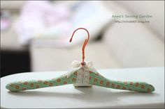 making a padded hanger from a wire hanger - ATELIER CHERRY: Cabide forrado - Passo a passo