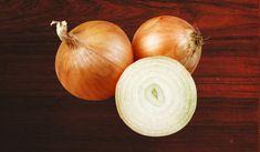 Valószínűleg amikor megtisztítod a vöröshagymát, azonnal a kukába dobod a héját. nem a legbölcsebb dolog, mert igazi kincs és egészségbomba ez a kis vörös hártya. Onion, Ale, Vitamins, Vegetables, Food, Onions, Ale Beer, Essen, Vegetable Recipes