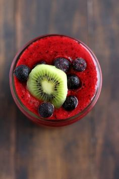 Immunity Boosting Triple Berry Kiwi Smoothie // Pinned with Mlynny & I in mind. <3 Smoothie Detox, Smoothie Recipes, Vegetarian Smoothies, Kiwi Smoothie, Protein Smoothies, Breakfast Smoothies, Weight Loss Smoothies, Smoothie Drinks, Power Smoothie
