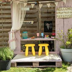 Aus Restholz und Paletten hat  Fridagedoens eine Bar für ihre Kinder im Garten aufgebaut. Hier können die kleinen Spielen und essen. #garten #kinder #diy #COUCHstyle Boho Stil, Vintage Stil, Kindergarten, Bar, Terrace, Pallet Kids, Small Condo, Little Kitchen, Playing Games