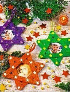 Manualidades hechas con paletas de helado para decorar el árbol de Navidad.