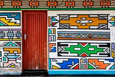 Lifestyle, Culture, Landscapes, Cityscapes, Wildlife & Travel – Ndebele Artwork on Wall of a House – Photo Tours Africa Symbol, Decoration Restaurant, Afrique Art, African Crafts, Geometric Painting, African Textiles, African Patterns, Thinking Day, Arte Popular