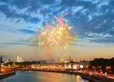 Если Вы планируете посетить Москву, то майские праздники самое лучшее для этого время. В городе работают фонтаны, открываются летние веранды ресторанов, в парках начинают функционировать развлекательные программы и аттракционы. В преддверии Дня Победы, Вы можете увидеть Москву такой, какой она открывается для нас только в эти дни.  #spring #moscow