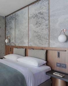 No varão: Essa ideia é muito bacana, pois permite que a limpeza da cabeceira seja feita de forma mais fácil. Basta um varão para encaixar a cabeceira, esta é feita de espuma revestida de tecido ou de couro e deve ter tiras de tecido para prendê-la. (Foto: Reprodução/Divulgação) #quartos #bedroom #decoração #decoration #decor #decorideas #casavogue