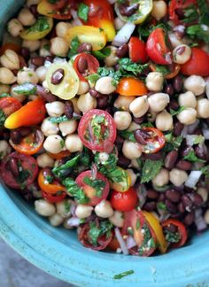 Middle Eastern Chickpea & Black Bean Salad A healthy middle-eastern inspired salad with black beans and chickpeas! Tasty, delicious and super easy to make! Vegetarian Recipes, Cooking Recipes, Healthy Recipes, Crockpot Recipes, Cooking Tips, Healthy Salads, Healthy Eating, Healthy Lunches, Healthy Food