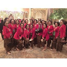 The bridesmaid team from Melissa and Bagoos wedding, all clad in red kutubaru kebaya. Don't you just love the pretty sight of bridesmaids? Tag your ladies to share!  Venue @shangrilajkt  Photo via @detamarshavidia Thanks for tagging us!