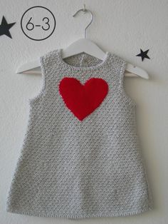 Vestido para bebe hecho a punto fantasía en mezcla de 2 colores con aplicación corazón en punto bobo. Disponible en color camel, gris perla o visón. Baby Knitting Patterns, Knitting For Kids, Crochet For Kids, Knit Crochet, Knit Baby Dress, Crochet Baby Clothes, Baby Cardigan, Baby Sweaters, Girls Sweaters
