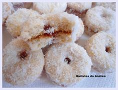 BISCOITINHOS DE COCO Kitchen Recipes, Baking Recipes, Cake Recipes, Chocolate Coquito Recipe, Cheesecakes, Biscuits, Italian Hot, Bread Cake, Whoopie Pies
