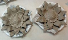 Sunflower heads for garden stakes Hand Built Pottery, Slab Pottery, Ceramic Pottery, Ceramics Projects, Clay Projects, Clay Crafts, Ceramic Flowers, Clay Flowers, Pottery Techniques